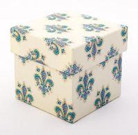 """Подарочная коробка """"Lilies"""" (7,5х7,5х7,5 см; синие элементы)"""
