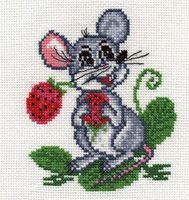"""Вышивка крестом """"Мышка с земляникой"""""""