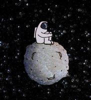"""Значок деревянный """"Космонавт на луне"""""""